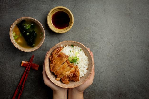 Toriyaki kip op donkere ondergrond