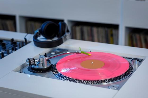 Tornamesa de dj met disco de vinil en audifonos concepto de musica retro