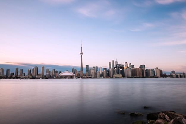 Toronto skyline met lake ontario op de voorgrond, gezien vanaf centre island.