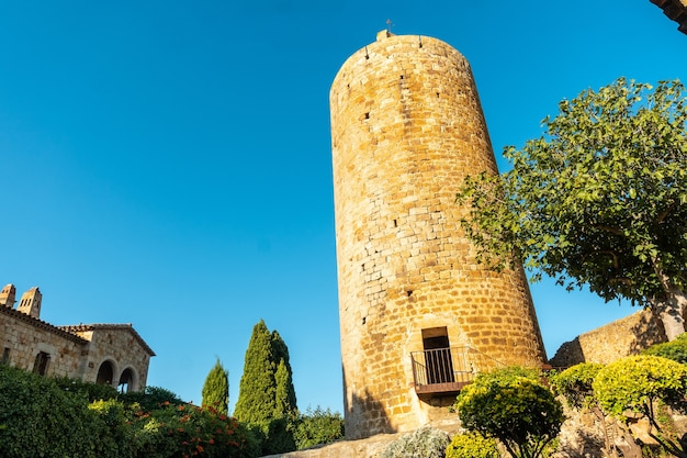 Torre de pals middeleeuws dorp, straten van het historische centrum bij zonsondergang, girona aan de costa brava van catalonië in de middellandse zee