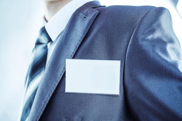 Torso als een succesvolle manager met een blanco badge