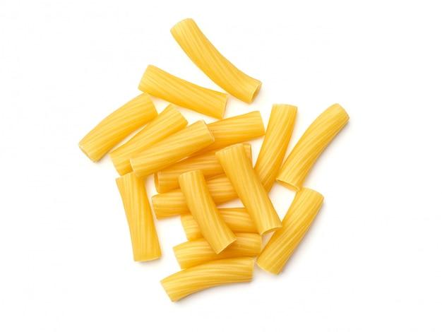 Tortiglioni pasta geïsoleerd op wit. bovenaanzicht