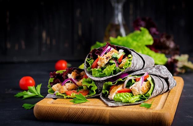 Tortilla met toegevoegde inktinktviswraps met kip en groenten