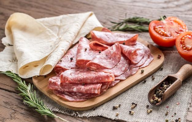 Tortilla met worst en tomaten