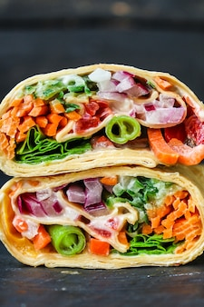 Tortilla of burrito wrap vulling pita shoarma groenten