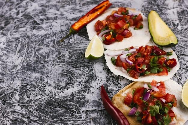 Tortilla's assortiment op marmeren achtergrond
