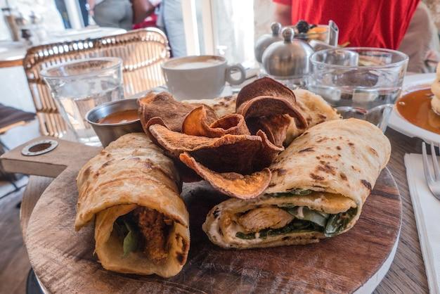 Tortilla's op een houten bord in café