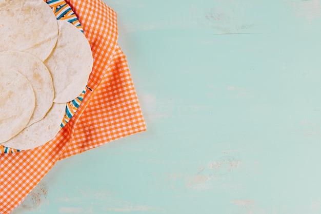 Tortilla's op plaat over tafelkleed