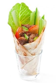 Tortilla wraps met vlees en verse groenten