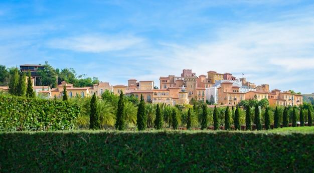 Toscaanse dorpsstijl versieren met veel bomen aan prachtige hemel