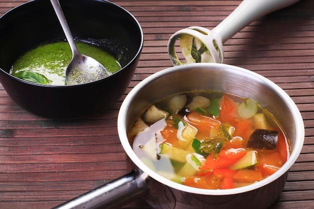 Toscaanse groentesoep met basilicumpesto en blender