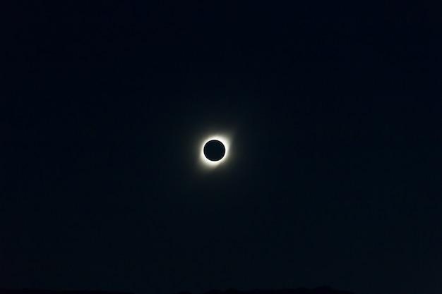 Totale zonsverduistering gezien vanuit cordoba, argentinië