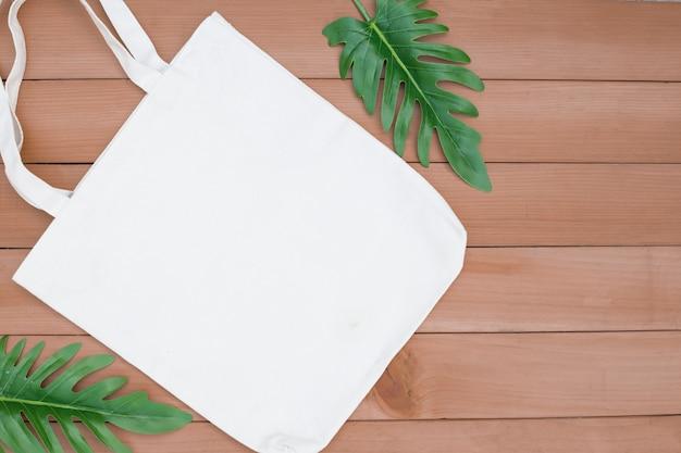 Tote tas canvas stof doek winkelen zak mockup leeg op hout backgroung.