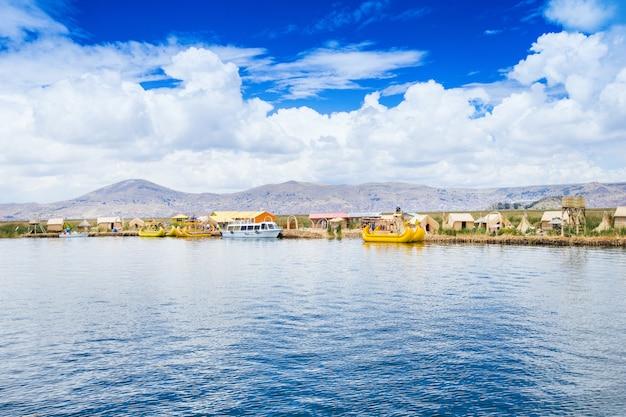 Totoraboot op het titicaca-meer dichtbij puno in peru