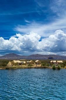 Totoraboot op het titicaca-meer dichtbij puno, peru
