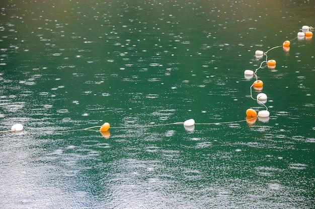 Touw met restrictiemarkeringen op het wateroppervlak om zwemmen te verbieden