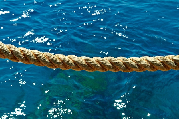 Touw op de achtergrond van het dolfijnenrif van de rode zee