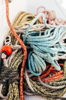 Touwen aan dek van professioneel zeiljacht