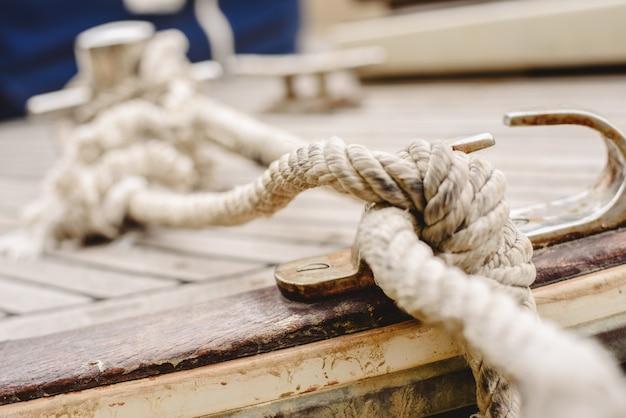 Touwen, klampen en bolder om de boten aan bakboord te binden.