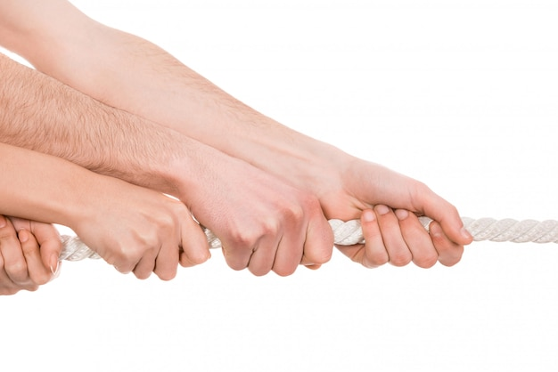 Touwtrekken, twee kanten van de hand die touw naar zich toe trekken.