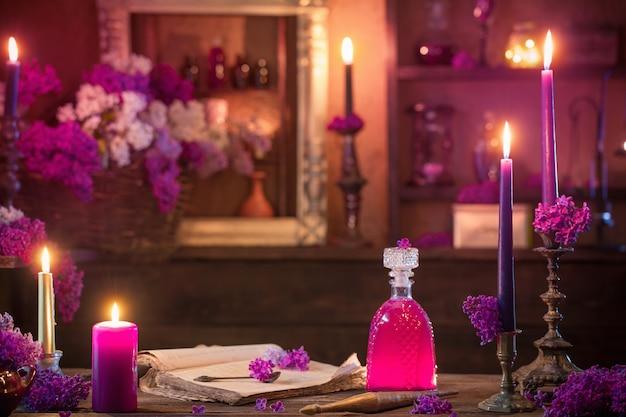 Toverdrank van lila bloemen in het huis van de heks