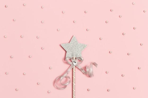 Toverstaf, heldere zilveren ster met pailletten met witte kralen, minimaal vakantieconcept.