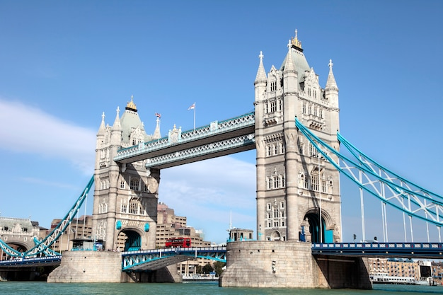 Tower bridge en de rivier de theems met rode dubbeldekker bus in londen