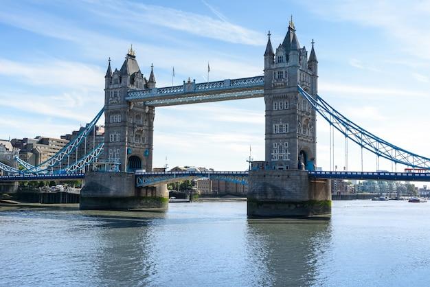 Tower bridge over de rivier de theems, londen, verenigd koninkrijk, engeland