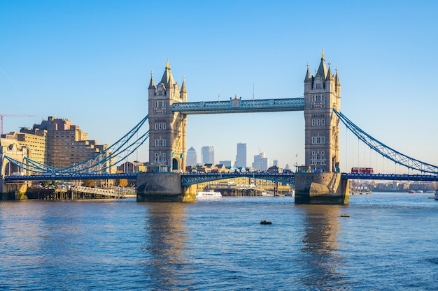 Tower bridge st in het vk vastgelegd op een zonnige dag
