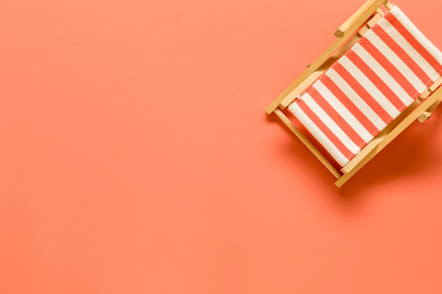 Toy chais elounge op oranje achtergrond