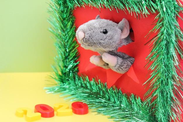 Toy rat in een haveloos gat voor chinees gelukkig nieuwjaar 2020