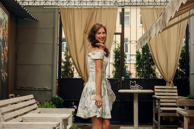 Tportret van een mooie jonge vrouw in een restaurant.