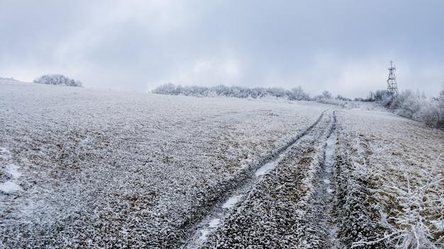 Track gaan door een besneeuwd veld.