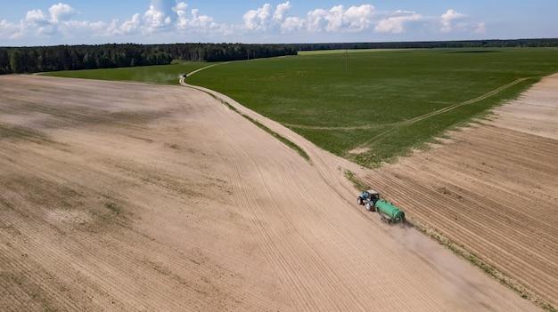 Tractor aangedreven organische meststof op het veld