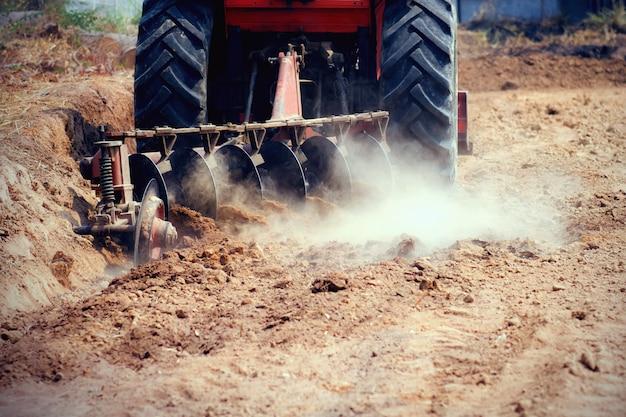Tractor die in landbouwgrond werkt