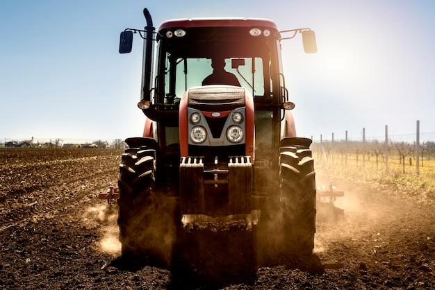 Tractor landbouwmachine die in het veld werkt
