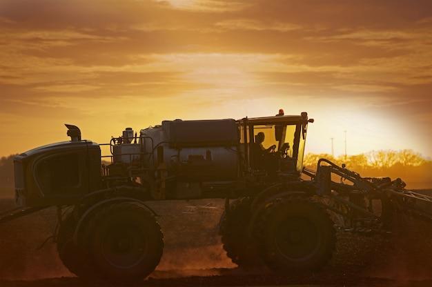 Tractor op het maïsveld