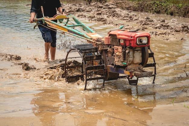 Tractor terwijl het het veld ploegt