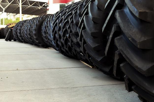Tractorbanden met een grote beschermer, in een groot magazijn van landbouwmachines.