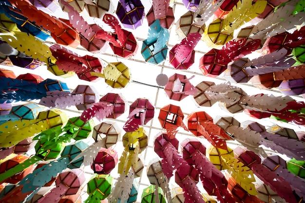 Traditie van hangende lantaarns in het loi krathong-festival