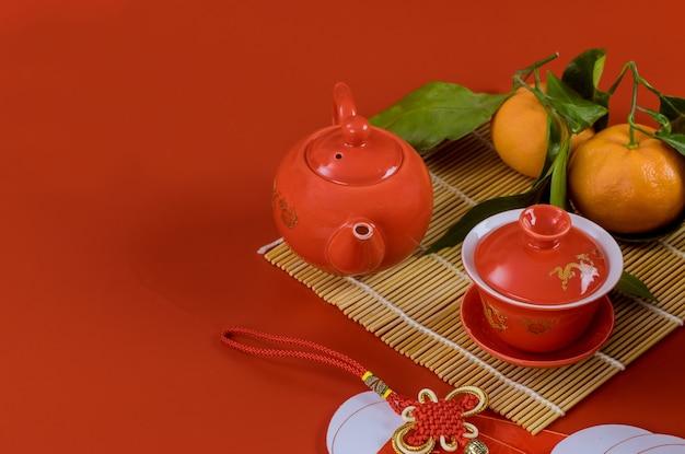 Traditie van met ceremonie thee mandarijn sinaasappelen in de aziatische nieuwjaarsvieringen van het versieren van een op rood