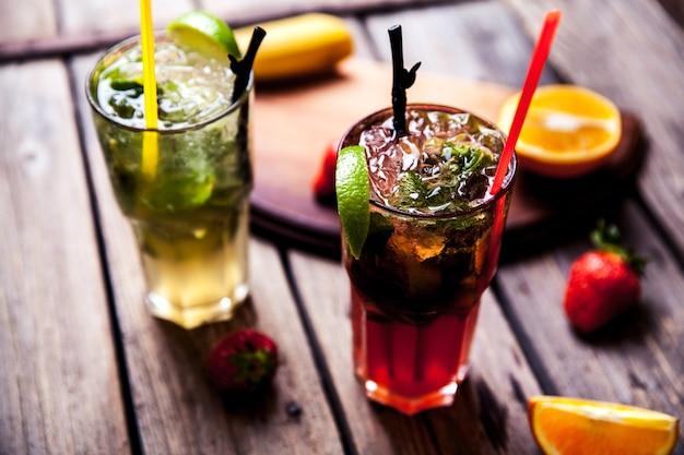 Traditie zomerdrank mojito met limoen en munt, aardbeien