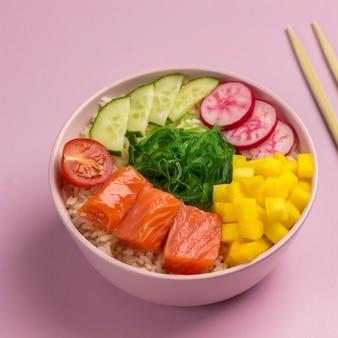 Traditiona hawaiiaanse rode vis poke bowl met rijst, radijs, komkommer, tomaat en zeewier. boeddha schaal. diëet voeding. plat leggen.
