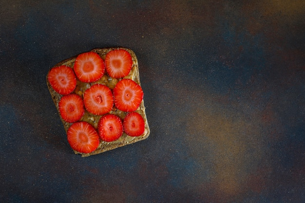 Traditioneel amerikaans en europees zomerontbijt: tosti's met pindakaas, kopie bovenaanzicht