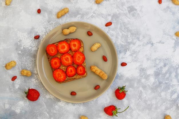 Traditioneel amerikaans en europees zomerontbijt: tosti's met pindakaas.