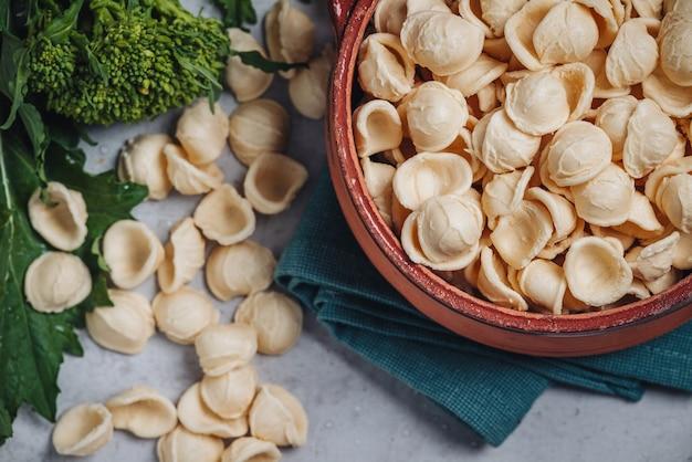 Traditioneel apulisch gerecht met orecchiette-vormige pasta en raapstelen