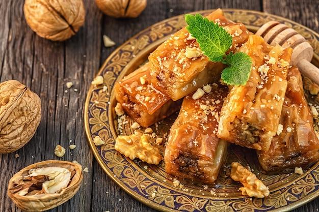 Traditioneel arabisch dessert baklava met honing en walnoten, selectieve aandacht.