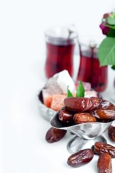 Traditioneel arabisch theestel en gedroogde dadels.