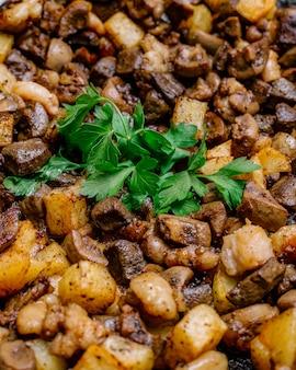 Traditioneel azerbeidzjaans gerecht jizz-byz gebakken kalfslever met aardappelen en peterselie