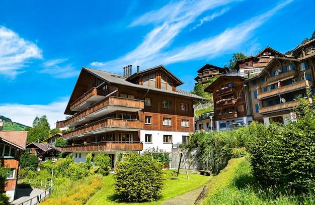 Traditioneel blokhuis in het bergdorp wengen, zwitserland